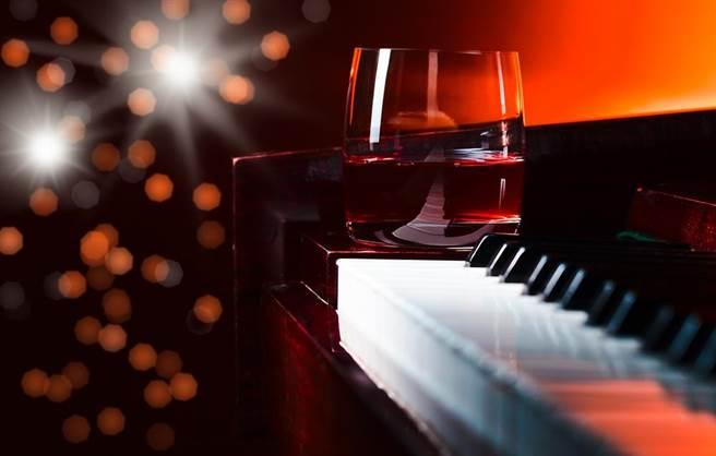 外界大傢會把鋼琴酒吧跟酒店視為一樣的呢?