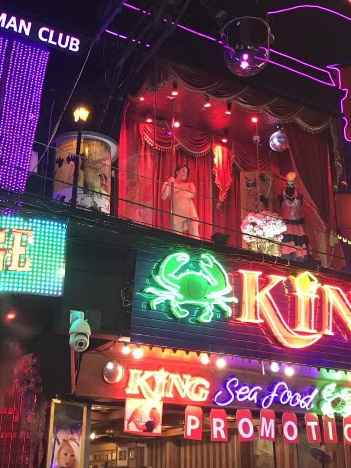 說到泰國,很多人應該會想到人妖、榴蓮或者是夜生活,而芭提雅紅燈區作爲亞洲最大的紅燈區之一,在夜生活上當然更加放縱和墮落瞭。
